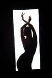 Silueta del bailarín elegante que presenta en marco Foto de archivo libre de regalías