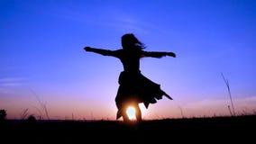 Silueta del baile joven de la bruja en el campo almacen de video