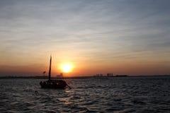 Silueta del barco contra el cielo de la puesta del sol en el ancol Jakarta Indonesia Fotografía de archivo libre de regalías