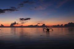 Silueta del barco contra el cielo de la salida del sol Fotos de archivo