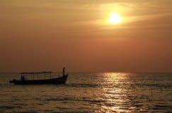 Silueta del barco de pesca en la puesta del sol Fotos de archivo
