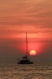 Silueta del barco de pesca y de la puesta del sol hermosa en Phuket, Thail Fotos de archivo