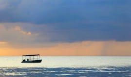 Silueta del barco en la puesta del sol en un océano en colores en colores pastel Fotos de archivo libres de regalías