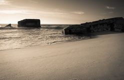 Silueta del blocao de la guerra en paisaje marino hermoso escénico de la playa arenosa con las ondas en la costa atlántica i Imagen de archivo