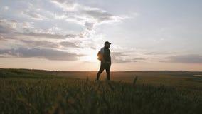 Silueta del caminante en la puesta del sol, forma de vida del viaje del concepto metrajes