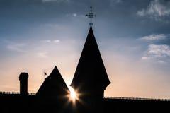 Silueta del castillo antes de la puesta del sol Imagen de archivo libre de regalías