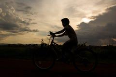 Silueta del ciclo del muchacho Imagen de archivo libre de regalías
