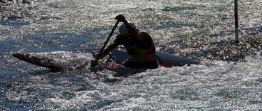 Silueta del competetion del eslalom de la canoa Fotos de archivo libres de regalías