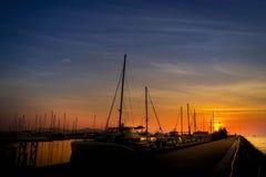 Silueta del embarcadero del estacionamiento del yate en la puesta del sol Foto de archivo libre de regalías