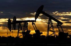 Silueta del equipo del petróleo Fotografía de archivo libre de regalías