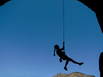 Silueta del escalador de la mujer Imagenes de archivo
