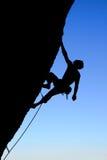 Silueta del escalador de roca Imágenes de archivo libres de regalías