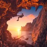 Silueta del escalador en una cueva de la montaña Imágenes de archivo libres de regalías