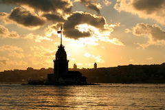 Silueta del faro con el paisaje urbano de Estambul Imágenes de archivo libres de regalías