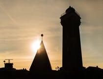 Silueta del faro en puesta del sol Imágenes de archivo libres de regalías