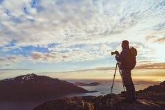 Silueta del fotógrafo con el trípode que toma panorama del paisaje hermoso de la naturaleza en Noruega Fotos de archivo libres de regalías