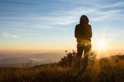 Silueta del fotógrafo en al aire libre con puesta del sol Fotos de archivo