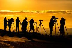Silueta del fotógrafo en la puesta del sol imágenes de archivo libres de regalías