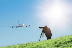Silueta del fotógrafo del observador de tiro que captura las fotos del avión de pasajeros del aterrizaje Fotos de archivo libres de regalías