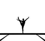 Silueta del gimnasta de sexo femenino en viga de balance Foto de archivo libre de regalías