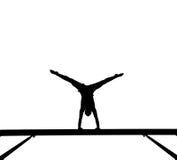 Silueta del gimnasta de sexo femenino en viga de balance Imagenes de archivo