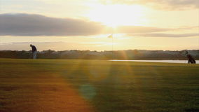 Silueta del golfista que juega en el crepúsculo en Algarve metrajes