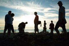 Silueta del grupo de personas en la parte superior de la montaña Fotografía de archivo libre de regalías