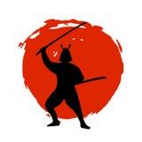 Silueta del guerrero del samurai en la luna roja y el fondo blanco Foto de archivo libre de regalías