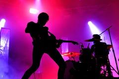 Silueta del guitarrista de la banda de la música rock de Japandroids en un concierto en el sonido 2017 de Primavera Foto de archivo libre de regalías