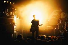 Silueta del guitarrista en la acción en etapa Foto de archivo libre de regalías