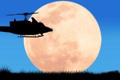 silueta del helicóptero en la Luna Llena de la noche del cielo stock de ilustración