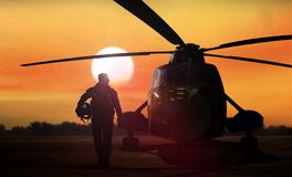 Silueta del helicóptero en la tierra imagen de archivo libre de regalías