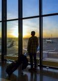 Silueta del hombre cerca de la ventana en aeropuerto Imágenes de archivo libres de regalías