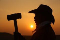 Silueta del hombre con el martillo en sistema del sol Fotografía de archivo