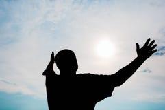 Silueta del hombre contra el cielo alegre Imágenes de archivo libres de regalías