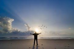 Silueta del hombre cuando salida del sol Fotografía de archivo