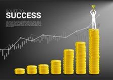 Silueta del hombre de negocios con la situación del trofeo del ganador encima de y el gráfico del crecimiento con la pila de mone ilustración del vector
