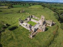 Silueta del hombre de negocios Cowering Abadía de Athassel Condado Tipperary irlanda Fotos de archivo
