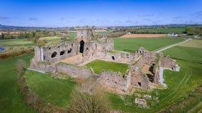 Silueta del hombre de negocios Cowering Abadía de Dunbrody condado Wexford irlanda Imágenes de archivo libres de regalías