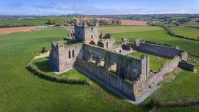 Silueta del hombre de negocios Cowering Abadía de Dunbrody condado Wexford irlanda Imagen de archivo libre de regalías