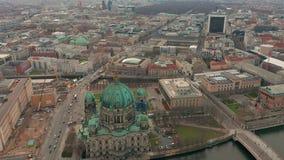 Silueta del hombre de negocios Cowering Berlin Cathedral 4K metrajes