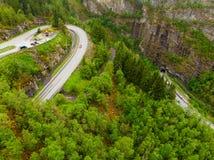 Silueta del hombre de negocios Cowering Camino con el túnel en las montañas Noruega imágenes de archivo libres de regalías