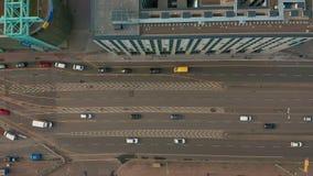 Silueta del hombre de negocios Cowering Camino con varios carriles con símbolo de la flecha Coches urbanos que apresuran en el ca almacen de video