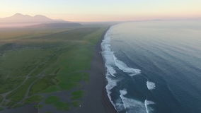 Silueta del hombre de negocios Cowering Cantidad aérea del abejón de las olas oceánicas que se estrellan en orilla Volar el océan metrajes
