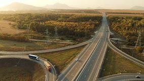 Silueta del hombre de negocios Cowering Carretera y paso superior con los coches y los camiones El empalme de camino es un empalm metrajes