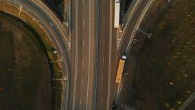 Silueta del hombre de negocios Cowering Carretera y paso superior con los coches y los camiones El empalme de camino es un empalm almacen de video