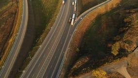 Silueta del hombre de negocios Cowering Carretera y paso superior con los coches y los camiones El empalme de camino es un empalm almacen de metraje de vídeo