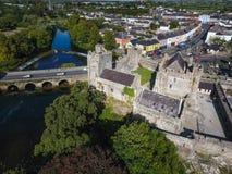 Silueta del hombre de negocios Cowering Castillo de Cahir Condado Tipperary irlanda Imagen de archivo