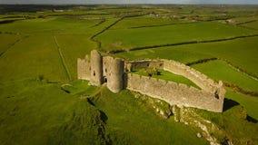 Silueta del hombre de negocios Cowering Castillo de Roche Dundalk irlanda Imagen de archivo