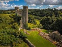 Silueta del hombre de negocios Cowering Castillo de Dunmoe Navan irlanda Imágenes de archivo libres de regalías